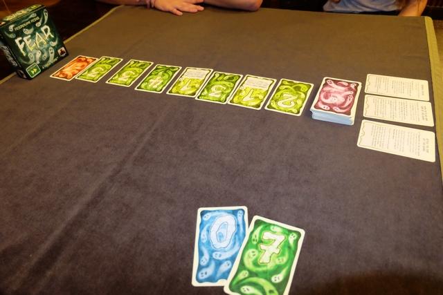 Autre exemple, avec des cartes spéciales visibles à l'étalage et un 0 dans ma main... Sur la droite, on voit que les règles du jeu s'ajoutent progressivement.