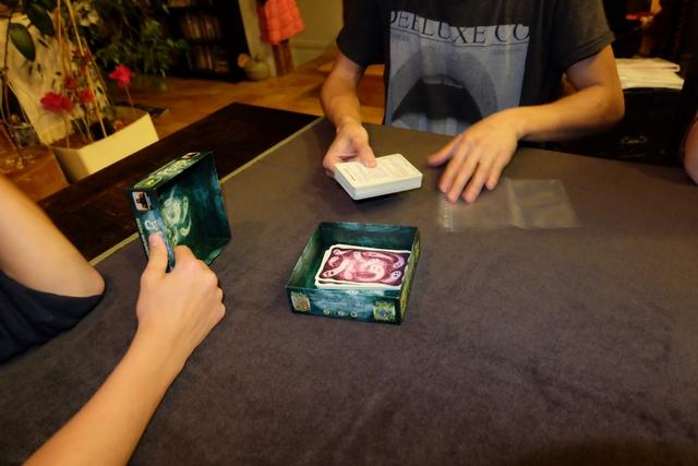 Perfectionniste jusqu'au bout, l'auteur a même mis un sac dans la boîte et donné une méthode pour figer le jeu dans sa configuration actuelle, pour que celui-ci puisse être repris au même moment un autre jour ! Trop fort...