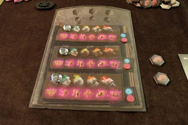 Chaque joueur dispose d'un plateau individuel sur lequel figurent 3 zones de planifications d'actions pour des fantômes. La pierre blanche permet d'indiquer quel(s) niveau(x) de fantômes le joueur peut contrôler. En-dessous, on trouve les 6 actions possibles. A droite, on dispose d'un jeton pour indiquer si la zone en question a été activée ou non ce tour.