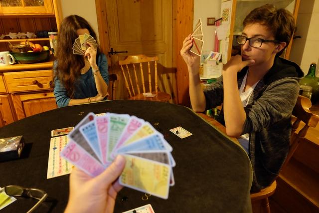 """A son tour, on doit pointer une carte d'un joueur et lui dire un truc du genre """"C'est un 28 jaune"""". Si c'est vrai, on marque 5 points et il l'indique sur le plateau général, sans oublier de retourner sa carte, dans le cas contraire il tourne la tête pour dire non et on peut payer 1PV pour rejouer une fois."""
