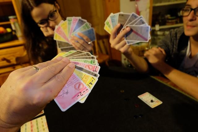 Fin de partie, suite à mon dépassement du score à atteindre, 15. Voici nos mains de cartes...