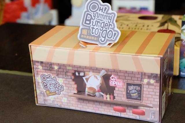 La boîte, couchée sur le côté, sert de devanture au restaurant dans lequel nous allons nous rendre pour nous faire servir les meilleurs hamburgers de la région...