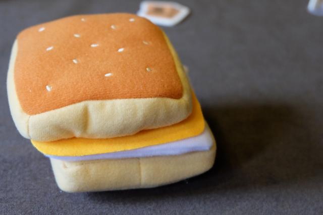 Premier hamburger réalisé par Tristan, avec un oeuf et une tranche de fromage entre les deux pains du hamburger. Ah oui, sympa le matériel non ? ;-)