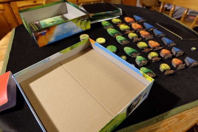 Une fois sortis et depunchés les arbres, on a encore deux morceaux de carton, en-dessous, pour éviter que tout ne s'écrase. Et les pièces de carton sont réutilisées immédiatement pour créer des casiers de rangement pour les arbres ! Il faut un bac + 25 en architecture de boîte de jeu pour arriver à un tel résultat... ;-)