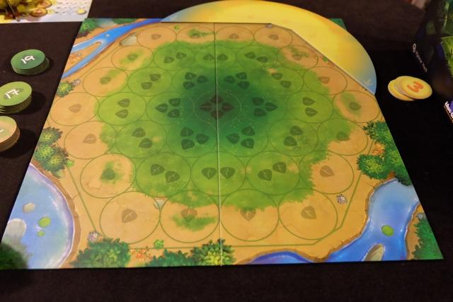 Le plateau principal est constitué de sortes d'hexagones concentriques éloignés plus ou moins du soleil (zone jaune en haut à droite qui couvre deux côté de l'hexagone). Le soleil avancera d'un cran, dans le sens des aiguilles d'une montre par tour de jeu et on va placer des graines et/ou des arbres dans la zone centrale en essayant de les faire éclairer par le soleil pour qu'ils grandissent correctement. Quel joli thème bien rendu !