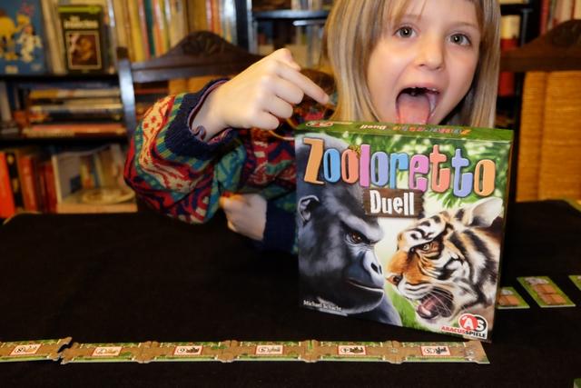 """Leila se met vraiment aux jeux plus ambitieux, avec ce Zooloretto Duell estampillé """"jouable à partir de 8 anas"""" (elle n'en a que 7). Dans ce jeu, uniquement pour deux joueurs, chacun va essayer de se créer le plus beau zoo de son côté de la séparation centrale visible sur cette photo..."""