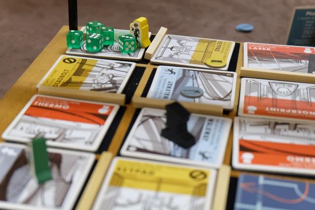 Ca bosse à mort au rez-de-chaussée avec le coffre trouvé et pas moins de 5 dés dessus pour en ouvrir la combinaison. Celle-ci correspond aux valeurs des 6 cartes des lignes et des colonnes qui partent de la case du coffre (valeur inscrite dans un coin de chaque carte). Lorsqu'un joueur décidera de lancer les dés, il devra obtenir toutes les valeurs des cartes en question (on peut y passer plusieurs tours, à condition d'y remettre des dés et de les relancer).