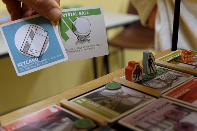Yohel cracke le coffre et récupère une carte de butin hyper pourrie, la keycard, qu'il avait déjà eue lors de notre précédente partie ! Ensuite, comme, outil, la boule de cristal paraît pas mal puisqu'il va pouvoir consulter et réorganiser les 3 premières cartes de la pioche d'événements...