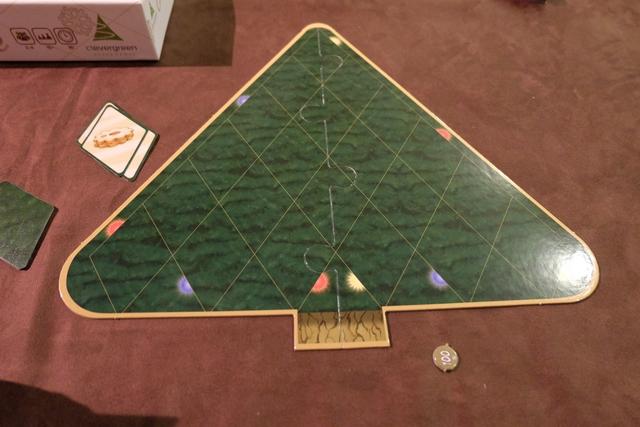 Chaque joueur dispose d'un plateau sapin individuel sur lequel il va placer les décorations les plus splendides pour marquer un maximum de points. Par exemple, d'ores et déjà, vous pouvez voir qu'il y a des demi-boules de Noël qui n'attendent que d'être complétées (mais si on ne le fait pas, ce n'est pas très grave).