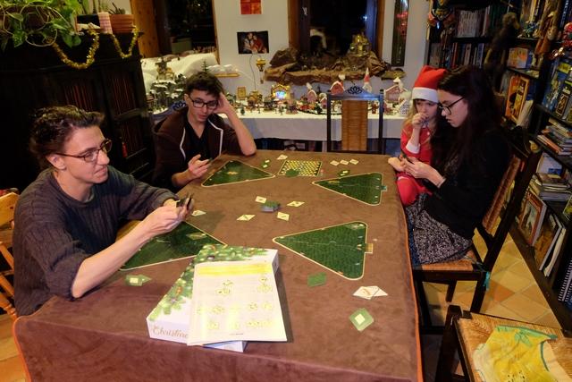 Partie de découverte, donc, à 4 joueurs le soir du 24 décembre, quoi de plus logique et d'agréable en somme ! Leila, un peu jeune quand même, observe la partie avec intérêt...