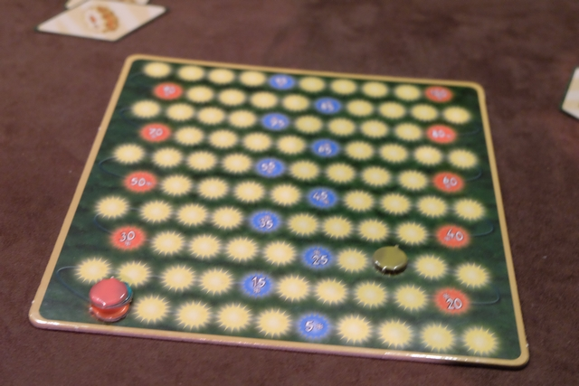 Petite vue des scores de chacun, avec un empilement mémorable de Julie (violet), Tristan (orange) et Maitena (bleu) sur la case 10, tandis que j'ai pris un peu d'avance, avec mon jeton kaki, puisque j'ai atteint la case 23...