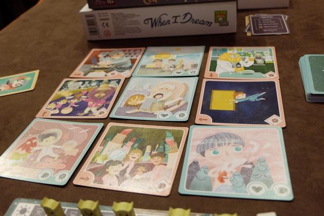 Ci-dessus, voici la zone de rêve composée de 9 cartes carrées, où figurent de beaux rêves (les bleus) et des cauchemars (les roses). Pour valider l'une ou l'autre, il faut être en mesure de jouer les cartes requises, indiquées en bas à droite de la carte carrée. Jetez donc un œil aux illustrations, n'est-ce pas bluffant de poésie ?