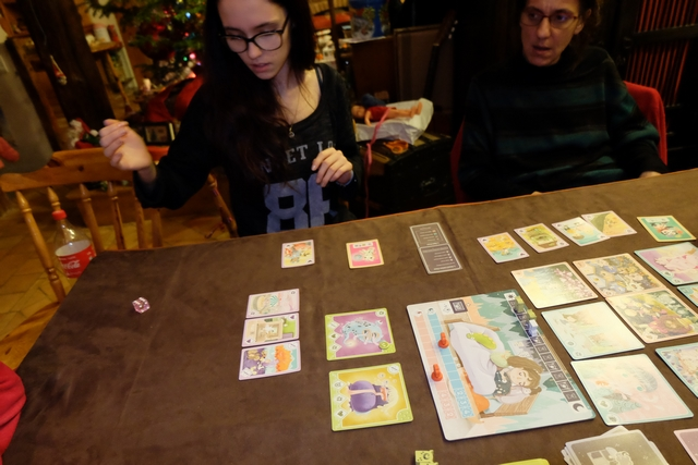 Maitena joue la partie sur ce jet de dé ! Ouf, elle fait un 6 et réussit à éliminer l'un des deux monstres en défaussant les cartes requises. Mais le couperet n'est pas loin et va revenir...