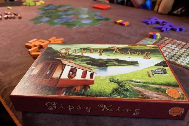Pas un jeu de 2017, certes, mais probablement l'un des tout meilleurs jeux jamais édités. Gipsy King est bel et bien sur la table d'entre Noël et le Jour de l'An, à 5 joueurs : Gérard (marron), Tristan (jaune), Joris (rouge), Maitena (violet) et moi-même (orange). Ça va être de la partie énervante... Comme souvent à nombreux avec ce jeu... ;-)