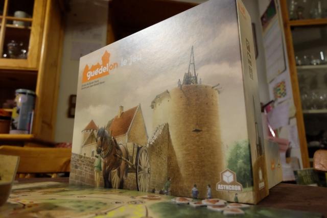 Splendide boîte que voici messieurs dames ! Va-t-on se sentir dans la peau de ces bâtisseurs qui s'y prennent comme au Moyen-Âge ? En tout cas, la couverture de la boîte fait tout pour et nous plonge dans l'ambiance direct !