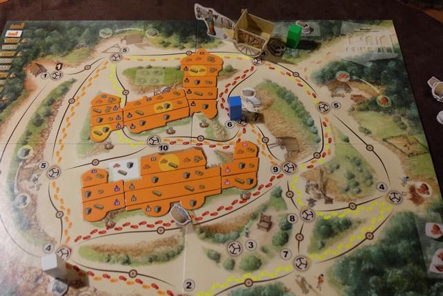 Voici la situation en fin de premier tour : Maitena avec son œuvrier bleu s'est rendu sur le lieu n°6 pour récupérer du mortier, Tristan avec son œuvrier blanc est allée sur le lieu n°4 en bas pour y tailler de la pierre, quant à moi, avec mon œuvrier vert, je suis parti couper du bois sur le lieu n°4 en haut. Le tombereau se retrouve avec moi dans la forêt. A noter que pour être utilisées dans la construction du château, chaque ressource doit être transformée : le bois en planches, la pierre en blocs et l'argile en tuiles.