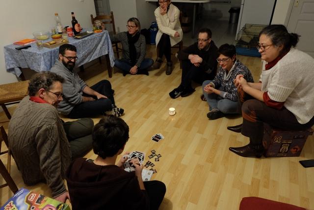 Cette partie se joue à 9, pour la crémaillère de Béatrice, carrément jouée par terre, pas mal hein ? Ci-dessus, Tristan termine l'explication de la règle et on va pouvoir y aller. Première particularité : le meneur de jeu participe à la partie et gagnera si les vampires gagnent. Chaque joueur recevra une carte de sa part, sur laquelle sera indiqué le camp du joueur : vampires (6 cartes) ou chasseurs (2 cartes).
