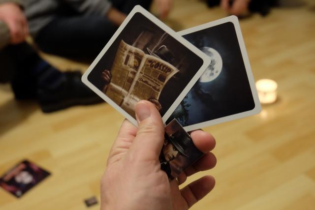 Voici ce que m'a donné Tristan : une tuile indiquant que je suis chasseur et deux cartes. Ces cartes sont en nombre limité : journal et lune (pour faire durer la partie), morsure (pour affaiblir un chasseur) ou livre d'incantation (pour affaiblir les vampires). Ci-dessus, j'ai obtenu deux cartes qui sont plutôt utiles pour les vampires, dommage. Mais Tristan m'en distribuera deux de plus avant mon tour.