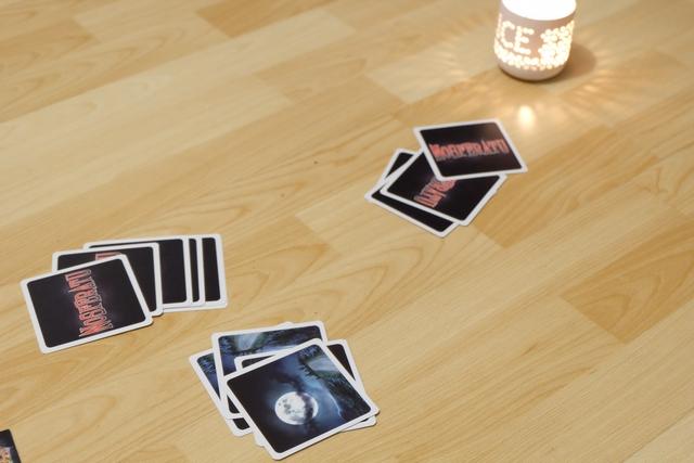A son tour, le joueur actif donne une de ses 4 cartes à Tristan, face cachée, et une à la défausse. Puis Tristan retourne une carte lune. Si c'est une lune noire, la partie se poursuit, si c'est l'aurore, la partie s'interrompt.