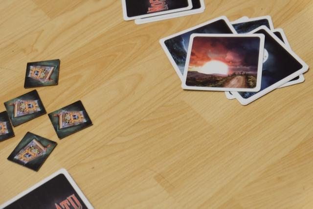 """Voici la fameuse carte aurore, sortie après 7 tours, ce qui ne va pas arranger les affaires des chasseurs puisqu'il faut l'unanimité des cartes """"Livre d'incantation"""" pour que l'une des tuiles de gauche soit retournée... Et comme il y a forcément eu des vampires dans le lot, ils auront joué autre chose..."""