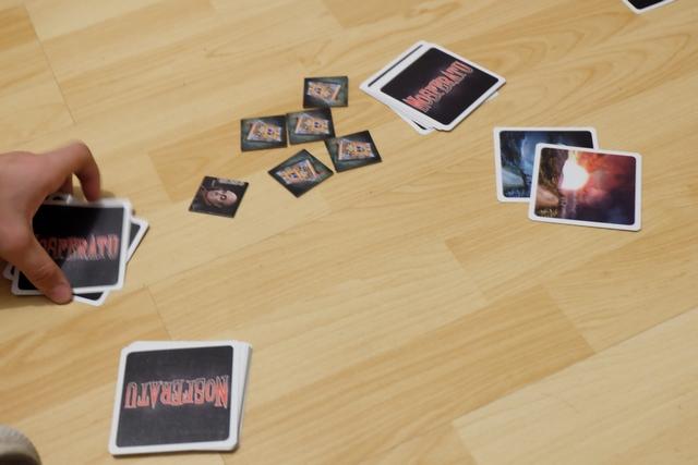 Ci-dessus, par contre, avec seulement deux cartes jouées au moment de la sortie de la carte aurore, ça va donner des infos sur le rôle de chacun... A noter que Tristan mélange soigneusement les cartes qu'il a reçues, afin de ne pas révéler les rôles à tout le monde. Le but du jeu, pour les vampires, est qu'un chasseur ait reçu 8 morsures (à partir de 9 joueurs), pour les chasseurs, d'avoir planté un pieu dans un des deux vampires.