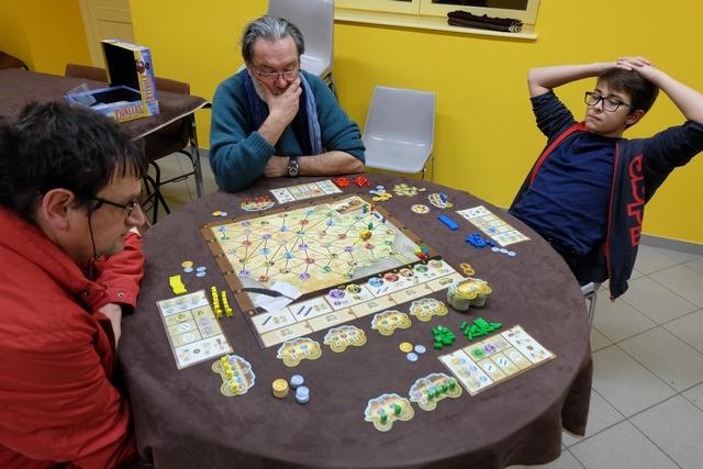 Nous jouons cette partie de découvert pour tout le monde, sauf Pierre qui en est à sa quatrième partie je crois, et on passe un vrai bon moment, avec Michel (jaune), Pierre (rouge), Antonin (bleu) et moi-même (vert).