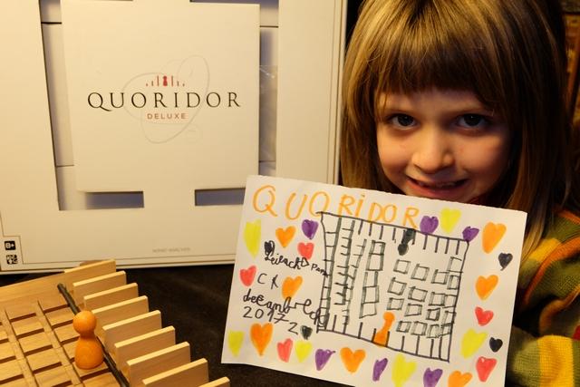 Ça faisait longtemps qu'on n'y avait pas rejoué et Leila a voulu honorer Quoridor en réalisant une petite œuvre d'art pour son père...