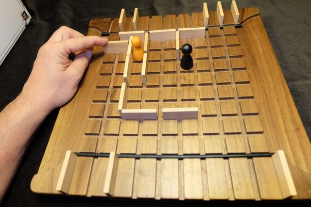 THE coup de la partie : en plaçant cette barrière avant que Leila imagine faire de même de l'autre côté (à droite en haut), je gagne probablement la partie...