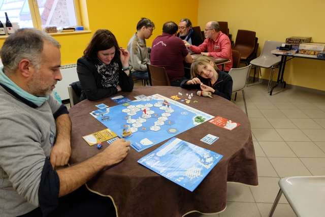 Nous jouons cette très sympathique partie de découverte à 3 joueurs, Yohel, Ludivine et moi. Non, Leila ne joue pas, mais elle s'y croit vraiment quand même en manipulant les petits ours magnifiques...