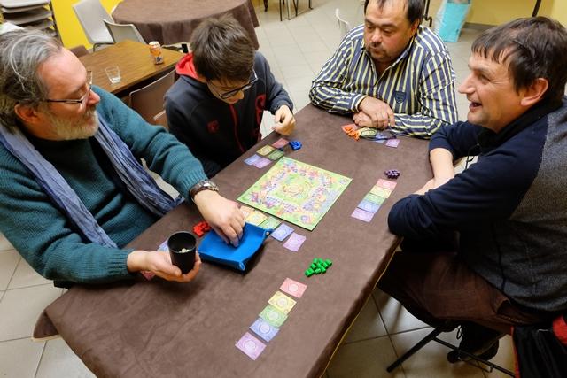 Allez, c'est parti pour notre empoignade à 5 joueurs : Pierre avec les cylindres rouges, Antonin les bleus, Jean-Luc les orange, Michel les violets et moi-même les verts.