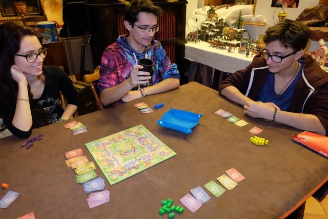 Ça sent bon la bonne partie... Une de plus ! A cinq joueurs, avec Leila qui joue les orange, Maitena les violets, Joris les bleus, Tristan les jaunes et moi les verts.