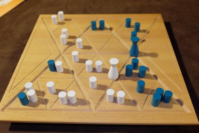 La partie s'achèvera quand tous les triangles renfermeront au moins un pion. On n'en est pas loin...