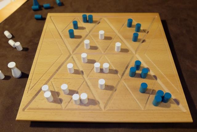 Comme pour Urbino, pour compter les points, autant enlever les pions minoritaires dans chaque secteur (grand triangle constitué de 4 petits triangles)...