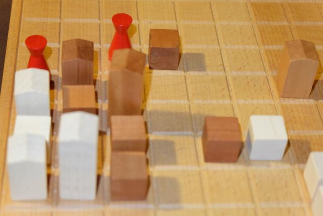 C'est chez moi ! Non, c'est chez moi ! A cet instant du jeu, nous sommes à égalité avec 8 points chacun (les tours valent 3 points, les palais 2 et les maisons 1). Mais comme Maitena a deux palais contre un seul pour moi, ce serait elle qui marquerait 8 points si on était en fin de partie (départage d'égalité).