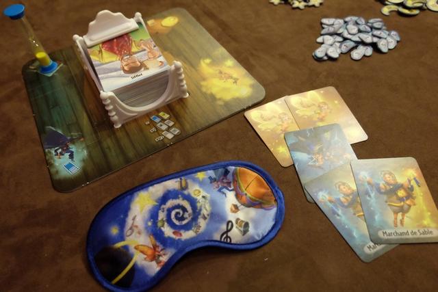 When I dream est un jeu sur les rêves que l'on fait, sachant que chaque joueur sera le rêveur une fois par partie, les autres joueurs jouant le rôle d'une fée (tentant de faire découvrir les rêves), d'un croque-mitaine (tentant l'inverse) ou d'un marchand de sable (essayant de faire découvrir un rêve sur deux). Dans notre partie à 5 joueurs du soir, on a 2 fées, 2 marchands de sable et 1 croque-mitaine, donc une carte ne sera pas piochée par tour.