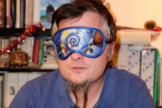 Le hasard m'a désigné comme première rêveur et j'ai donc enfilé le fameux masque de nuit que vous pouvez admirer ci-dessus. Me sied-il bien ?