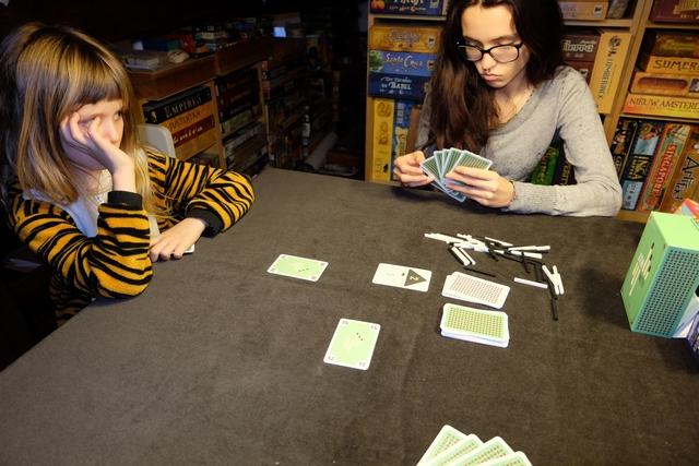 Nous jouons à 3 joueurs à cette réédition, rethématisée, de cet excellent jeu de Knizia : Leila, Maitena et votre serviteur.