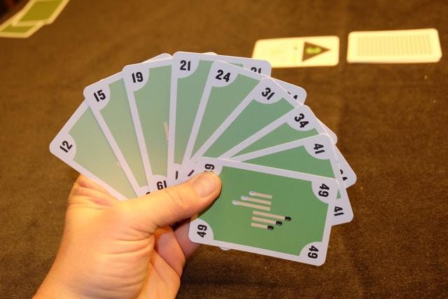 Petite vue de ma main pour la deuxième manche. Pas de toute petite carte, dommage, mais une très grosse.  Comment gérer sa main pour s'approcher de 0 au final ?