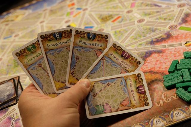 Voici ma main de cartes d'objectifs parmi lesquels je vais devoir en sélectionner au moins 3. Là, pour le coup, c'est super agréable de jouer en France : on maîtrise la géographie...