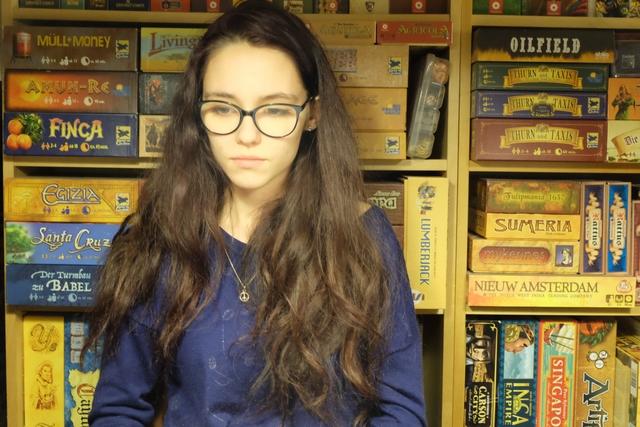 C'est beau autant de boîtes de jeux... avec une fille qui réfléchit devant ! ;-)
