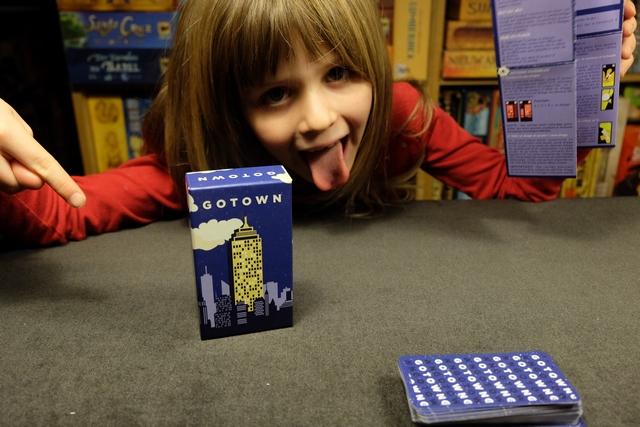 Minuscule boîte d'Helevtiq, avec ce Gotown qui est un jeu de construction d'immeuble individuel : le premier qui totalise 5 étages gagne immédiatement.