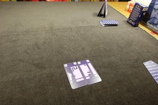 Le principe de pose des cartes de sa main est plutôt original et très ergonomique : pour poser un étage, toujours constitué de deux cartes précisément, il faut que le total des deux cartes fasse 9 (comme ci-dessus, avec 4 + 5). Là où l'éditeur fait fort, c'est qu'il a associé des couleurs aux valeurs, afin que les plus jeunes, qui ne sauraient pas additionner, puissent quand même jouer, en associant deux cartes de même couleurs mais aux illustrations légèrement différentes. Bien joué !