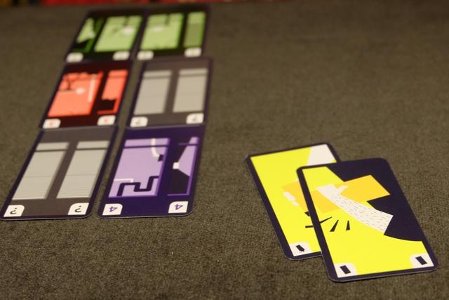 Bing, hop, zou, je te vole deux fois de suite ma fille ! En effet, avec un voleur, si on joue deux fois la même carte, par exemple deux fois la 5 violette, alors on peut récupérer celle qui nous manque, donc la 4 violette dans cet exemple, dans le dernier étage de son adversaire. Ca fait d'une pierre deux coups, puisqu'on construit soi-même et qu'on déconstruit l'immeuble adverse. Oui, ça peut faire couiner... ;-)