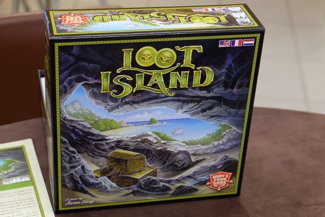 L'île au butin, ou plutôt, à mon avis, l'île au trésor, est un vrai faux jeu de coopération puisqu'il faudra être plusieurs à placer ses cartes autour de l'île pour en ramasser les précieux trésors disséminés... Ensuite, au moment du partage, les premiers placés seront avantagés, ben oui...