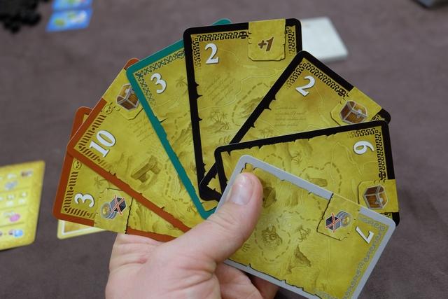 Voici ma main initiale, avec notamment une belle série noire composée de 3 cartes + 1 virtuelle, comme l'indique le +1 en haut à droite de l'une d'entre elles.