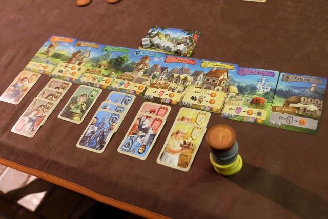 Et voici mon royaume, avec 6 types de cartes différents, donc 36 PV, quelques majorités à prévoir (en cas d'égalité, tous les joueurs concernés marquent) et un butin plus modeste que Tristan, c'est clair, mais à voir sur le décompte ce que ça va donner...