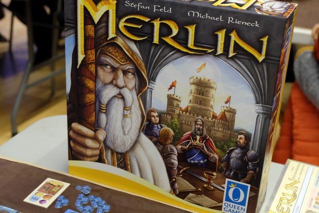 Un peu intimidés par la taille et le matériel à profusion de la grosse boîte, nous nous lançons quand même dans la partie de découverte de Merlin...