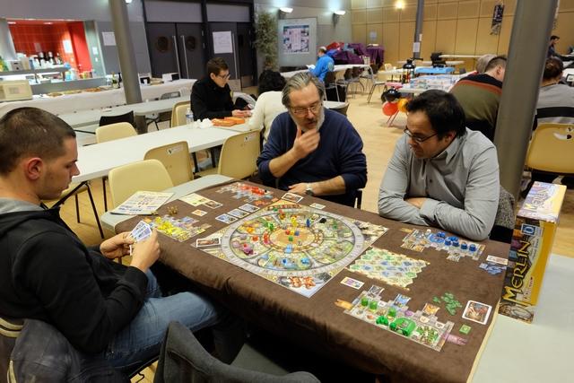 Nous jouons cette partie à 4 joueurs, Matthieu avec les éléments jaunes, Pierre avec les rouges, Vincent avec les bleus et moi-même avec les verts.