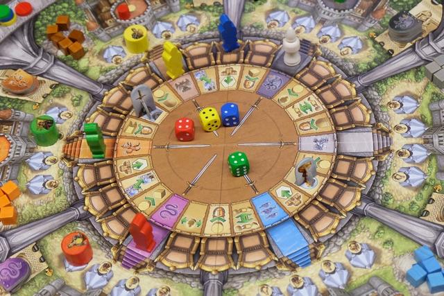 A chaque manche, sur les 6 que comporte la partie, chaque joueur lance ses dés (les trois siens + celui de Merlin) et il va en utiliser un par tour pour déplacer son personnage d'autant de cases en sens horaire ou Merlin dans un sens ou dans l'autre. Puis il réalise l'action pointé par son pion. Ci-dessus, voici ce qu'on a fait lors du premier tour.