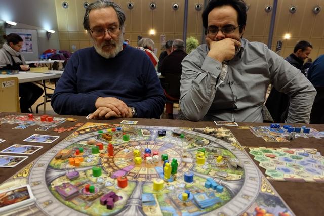 Le jeu donne à penser, il y a tellement de possibilités qu'on ne peut pas toutes les explorer...